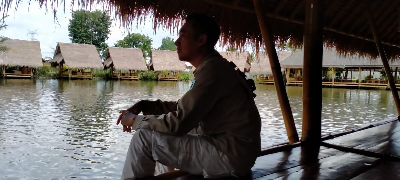 Photo.5. Rehat sejenak menikmati pemandangan di Gubuk Mang Engking kota Lubuk Linggau