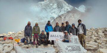 Pendaki Nepal Bersihkan 2.2 Ton Sampah di Gunung Everest 13