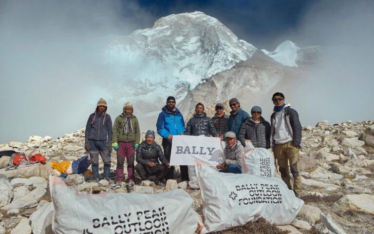 Pendaki Nepal Bersihkan 2.2 Ton Sampah di Gunung Everest 1
