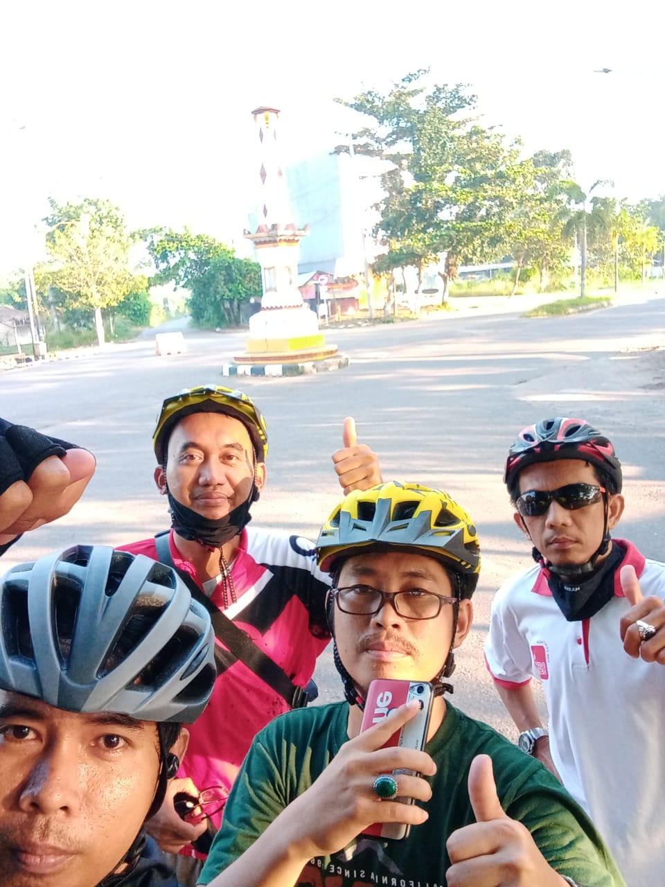 Photo. 4. Team Goweser Rehat sejenak di Ikon Tugu Jogya dikota Prabumulih