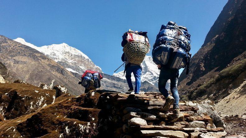 Para Sherpa mendaki gunung Everest. Sumber: sherpaguidesnepal