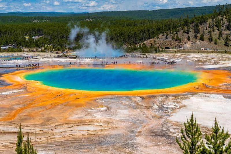 Danau berwarna-warni mirip pelangi bernama Danau The Grand Prismatic Spring yang berada di Amerika Serikat