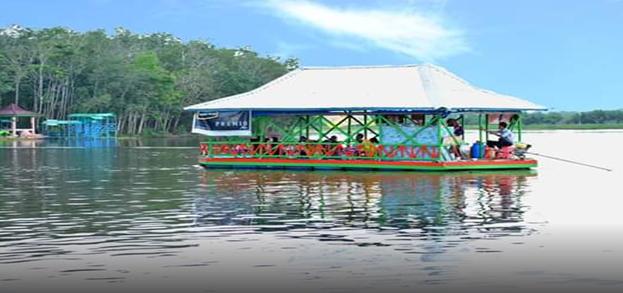 Photo.4. Para pengunjung menikmati perahu keliling Danau Aur