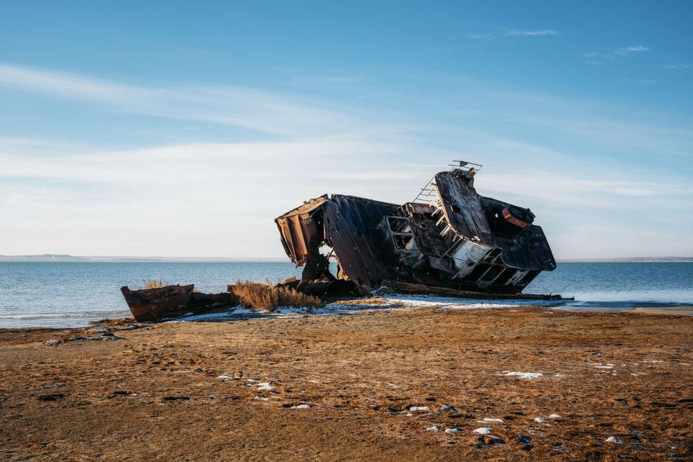 Bangkai kapal yang terdampar di pesisir Danau Kaspia bagian negara Kazahkstan. (Photo: Andrei Bortnikau/Shutterstock)