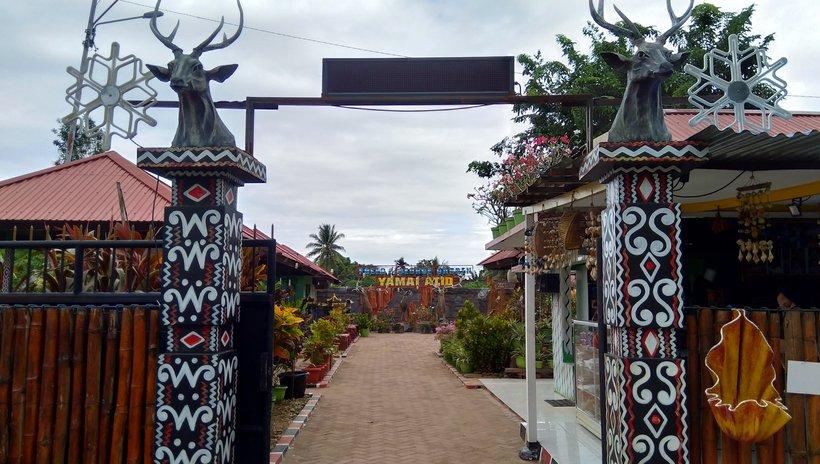 Foto : Pintu masuk menuju Taman Satwa Yamai Atib (Sumber : dok.pri/Rian Raymon)