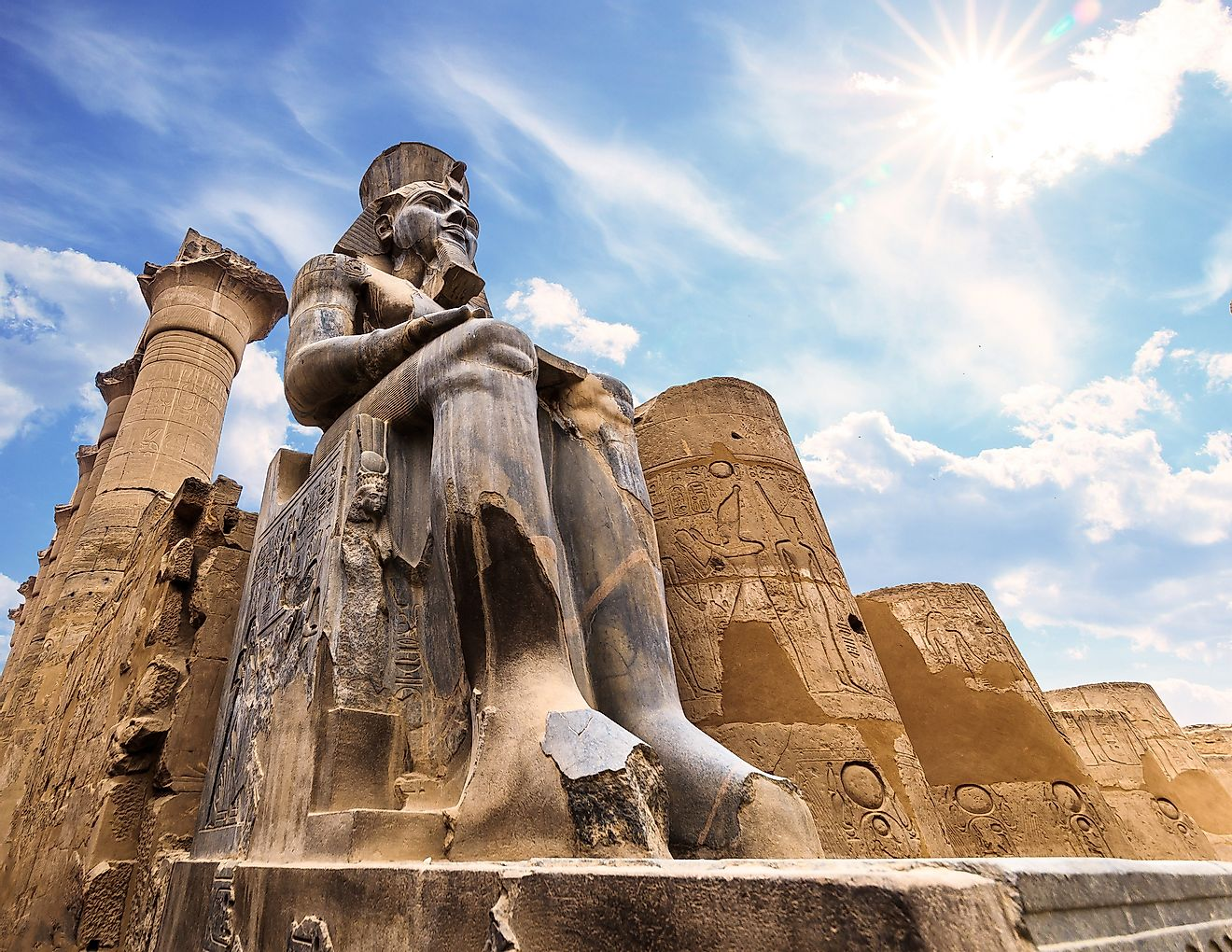 Ramses II di Kuil Luxor (Sumber: www.worldatlas.com)