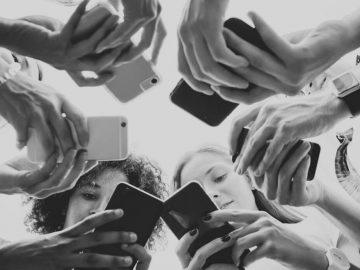 Interaksi Simbolik Dalam Media Sosial: Hilangnya Konsistensi Komunikasi Dalam Dunia Nyata 11