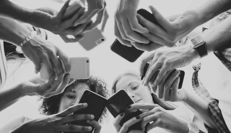 Interaksi Simbolik Dalam Media Sosial: Hilangnya Konsistensi Komunikasi Dalam Dunia Nyata 1