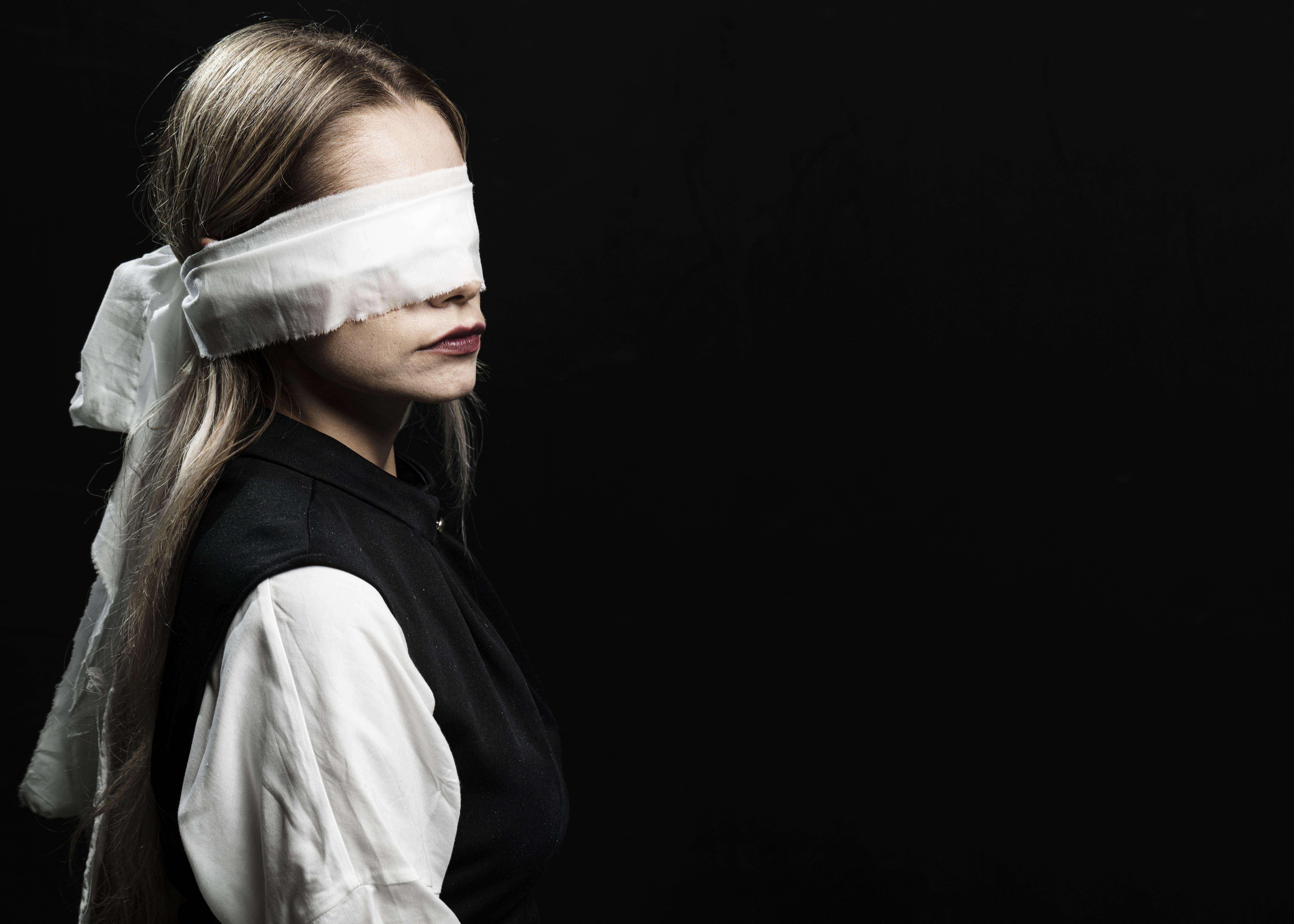 Perempuan memakai kain penutup mata, dari freepik