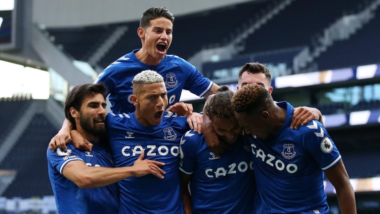 pemain everton saat merayakan golnya