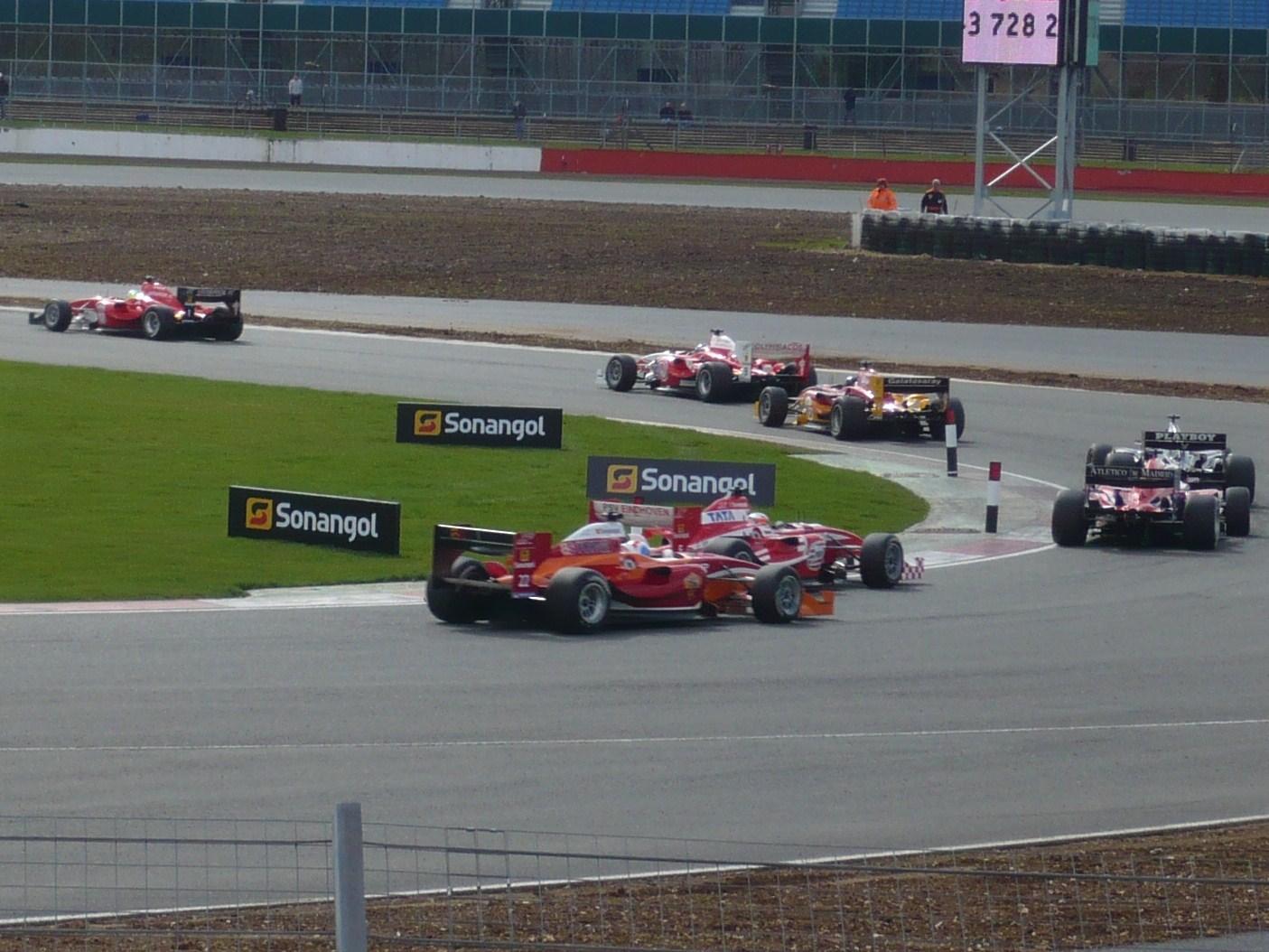 Beberapa mobil yang berlaga di Superleague Formula. Sumber gambar: wikimedia.org