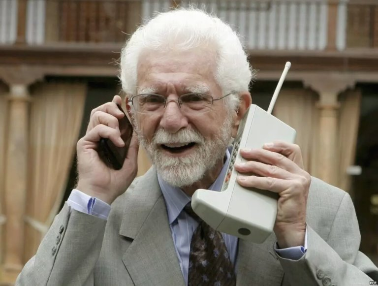 Martin Marty Cooper penemu handphone pertama kali tahun 1973 bernama motorolla