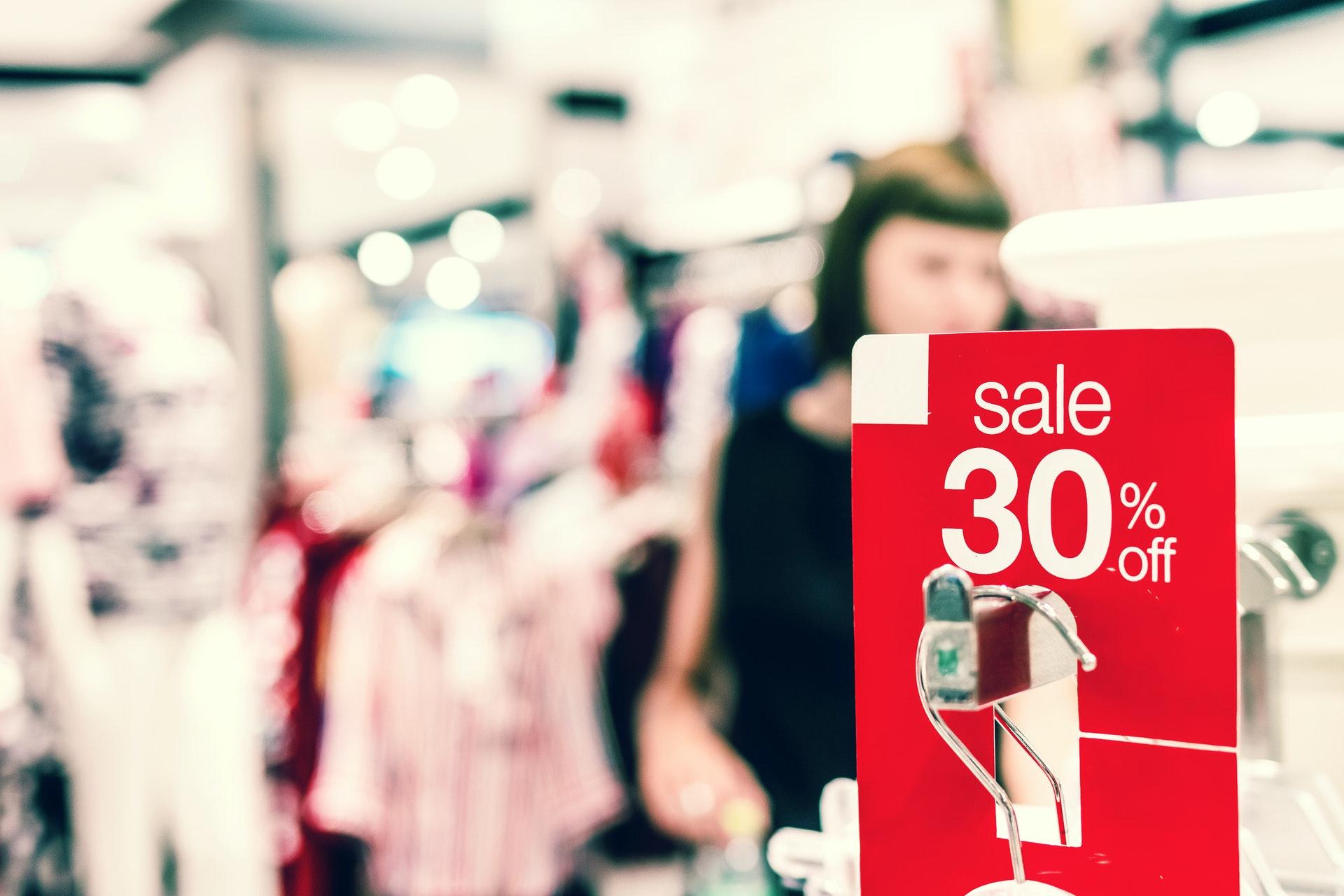 Penawaran untuk memikat target market - Photo byArtem BeliaikinfromPexels