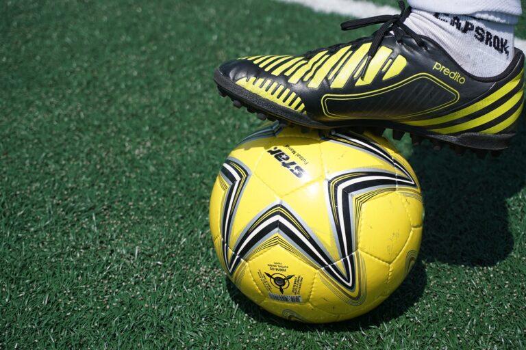 Tips Memilih Sepatu Futsal Yang Tepat 1