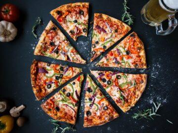 Menyantap Pizza Buatan Sendiri, Cobain Yuk 7